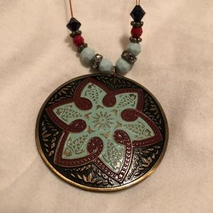 Eye-catching patterned necklace